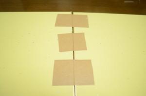 色紙の裏面にクラフトテープを貼る