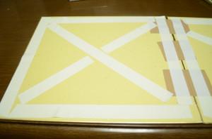 色紙の裏面に、アルミホイルを貼るための両面テープを貼る
